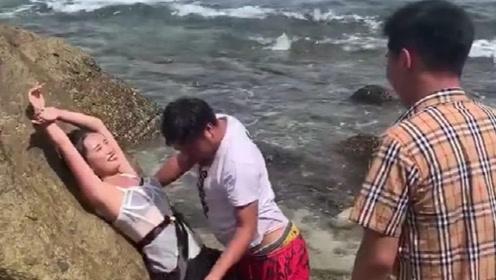 摄影师太过分了,直接亲在新娘脸上了,难怪新郎会拿石头扔他!