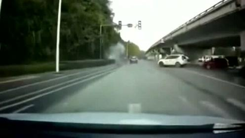 180码的摩托车撞车瞬间,好像爆炸,不知道人有没有事情呢?