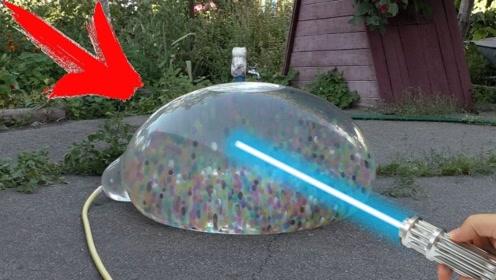 激光笔照射装满水宝宝的气球,结果如何?老外实验,场面太壮观了