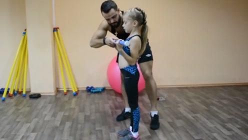 乌克兰小女孩酷爱健身,每天踩滑板去健身房撸铁,还有私人教练