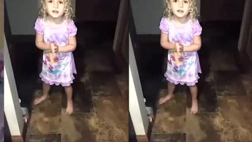 3岁女儿偷吃糖果被爸爸发现了,接下来女儿的回应,真是太逗了
