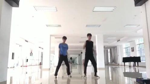 别人班级的男爱丽,跳EXO的《上瘾》,蓝衣服小哥跳的真好