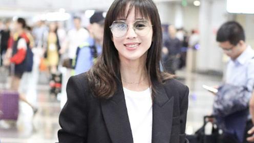张钧甯罕见梳刘海清新减龄 穿黑色OL风西服套装干练优雅