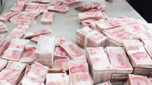 """越南街头""""奇特现象"""",成堆的人民币搁置路边,为啥没人去抢?"""