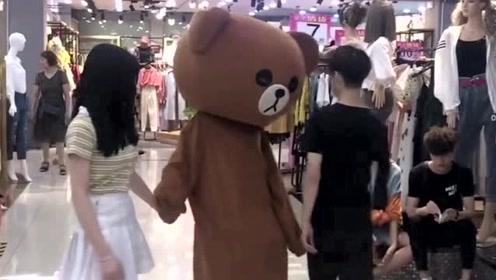 网红熊不好好工作,天天在商场里调皮捣蛋,老板娘迟早收拾你