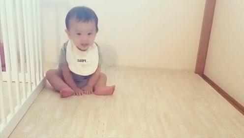 妈妈想抱小宝宝去睡觉,结果宝宝做的事太搞笑了!被萌翻!