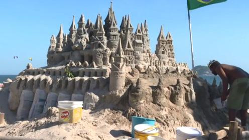 男子自娱自乐,沙滩建迷你城堡还自封为王,结果却成旅游景点!