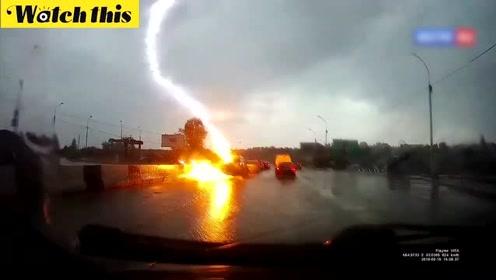 俄罗斯一汽车被闪电连续击中两次 一道火光闪过宛如爆炸场面