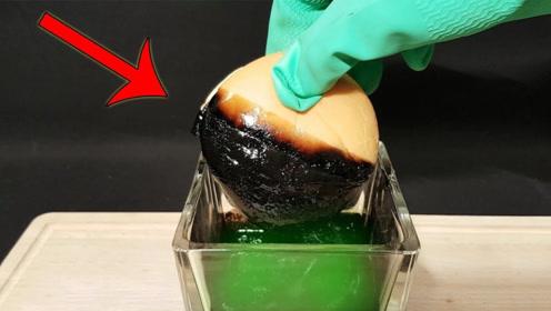 汉堡包新式玩法?老外将汉堡包放进硫酸中,接下来一幕让人反胃!