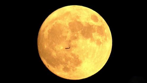 """揭秘飞机与月亮的""""邂逅""""是怎么拍到的"""