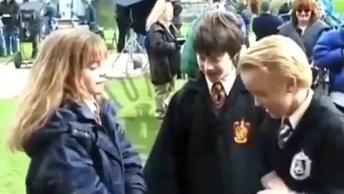 在《哈利波特》拍摄间隙,赫敏和马尔福玩起了小游戏,哈利做裁判