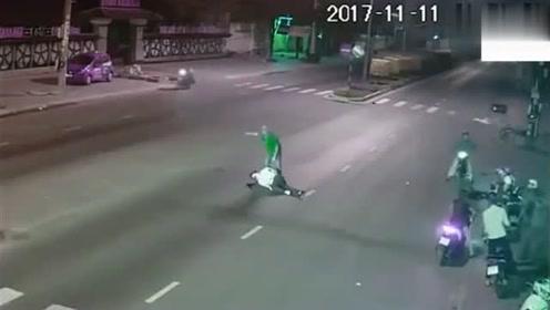 深夜小伙被摩托车撞倒在地,路人的举动令人暖心