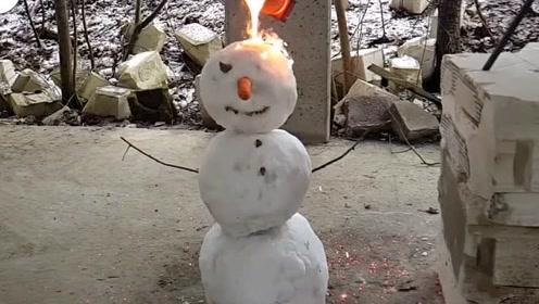 冰雪VS熔岩!老外将1000度熔岩浇在雪人身上,你见过吗?