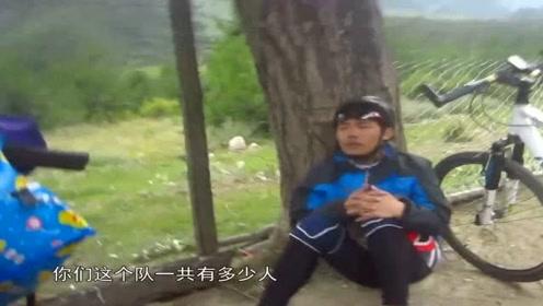川藏线上遇到这哥们,一个人坐在路边生闷气,说自己被队友抛弃