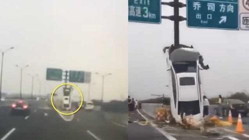 全程视频曝光!杭州小车垂直飞撞标志杆后直立,女司机送医