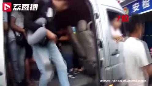 7座客车竟塞了27人!车老板和司机涉嫌危险驾驶罪,双双被刑拘