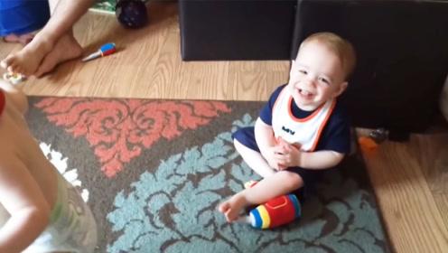 弟弟学会了走,哥哥在地上笑哈哈,妈咪:大宝你给我起来!