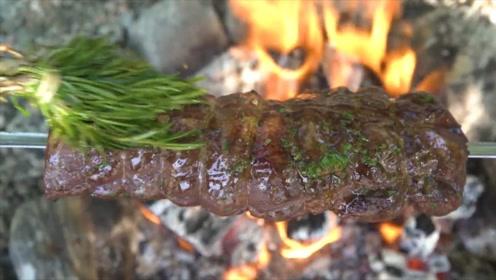 国外大叔烤巨大肉串,一串吃饱饱的,普通人没这么吃过