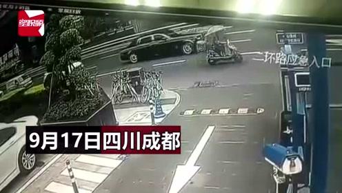 四川一外卖骑手直行未减速,撞上右转千万豪车劳斯莱斯幻影