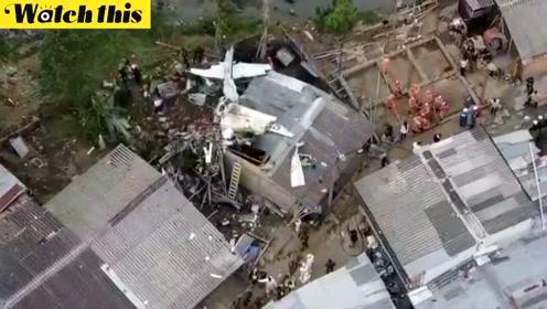 哥伦比亚一小型飞机坠毁 砸穿屋顶机身面目全非