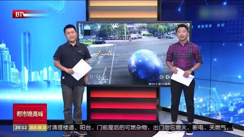 广西柳州:超大气球失控 男子街头狂追