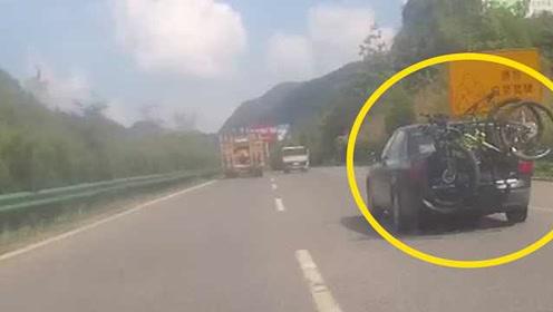 轿车绑着自行车满高速跑,拉风司机游贵州被拦下