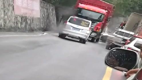 最讨厌堵车占道行驶的司机,这下可好了,真是活该啊!