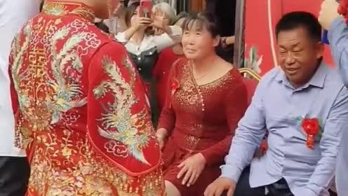 新郎新娘对父母三鞠躬,喜公公全程板脸,二鞠躬后终于忍不住了!