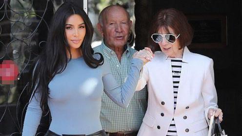 金卡戴珊和95岁外婆出街!外婆一身白色西装太时髦