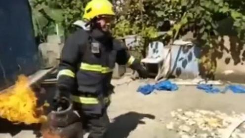 惊魂36秒!消防员徒手抓冒火煤气罐 狂奔50余米扔瓯江