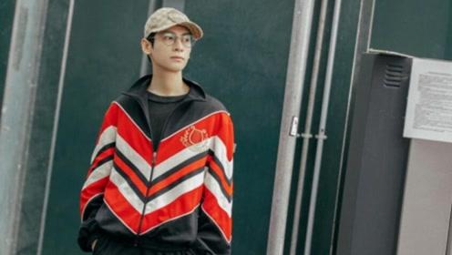 罗云熙抵达米兰时装周 棒球帽少年活力满满