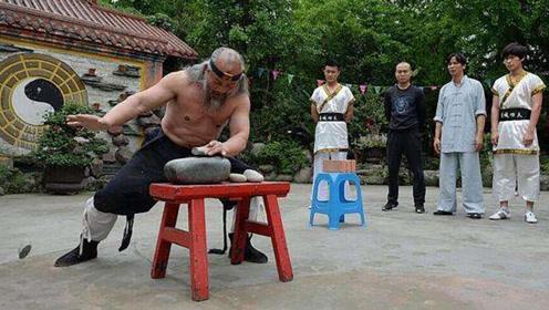 民间高手展示硬气功,头碎大石,手劈鹅卵石!