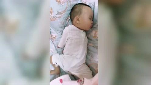 你永远不知道被子底下孩子睡觉的姿势