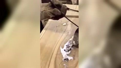在桌子上的裂缝浇上铝水,然后打磨一下成型