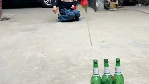 啤酒瓶里插玫瑰花,大爷的操作真厉害,网友:不愧是牛人!