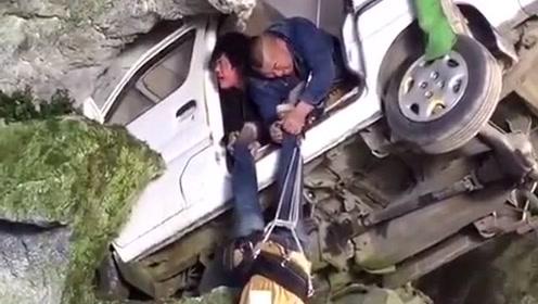 现代戏拍摄现场,车祸的演示画面,调掉下去的瞬间被吓到了!