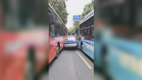 """出租车心急见缝插针,强行超车秒被公交车挤成""""夹心饼干"""""""