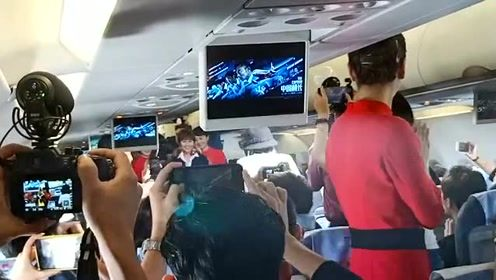 《中国机长》空中发布会 袁泉为获奖朋友送上礼物