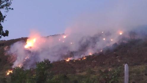 连云港花果山突发山火燃烧区域山势陡峭 多部门正在扑救