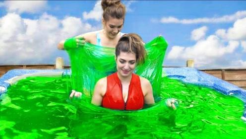 """美女在500磅""""绿色黏液""""中泡澡,一边泡一边玩,太好玩了!"""