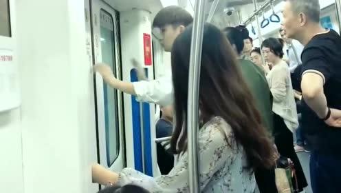 地铁的门坏了,帅气小哥熟练的操作一会儿就把门修好了