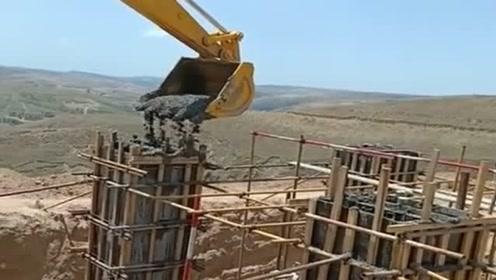 高手在民间,工地的吊车突然坏了,挖掘机前来救援灌柱子!