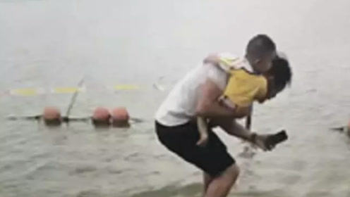 奶爸抱着儿子跳水救人,随后的一幕让人泪目…