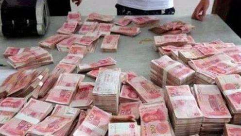 越南一大街头奇景:打捆人民币摆在路边 不怕被人抢吗?