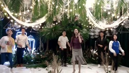 婚礼现场新娘家人集体表演舞蹈,右边的妹妹一看就是凑数的!