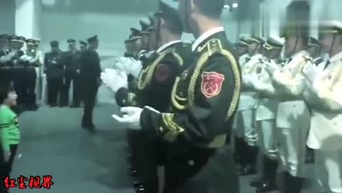 小朋友为仪仗队兵哥哥们表演唱歌,画面超级暖心