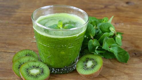 给孩子喝猕猴桃汁,补充维生素,健脑益智,增强抵抗力
