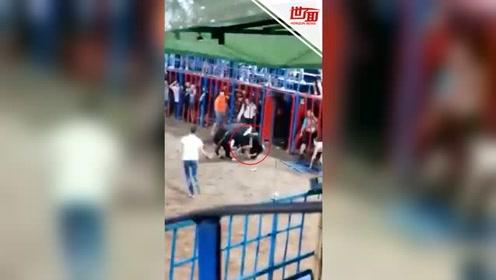 公牛猛撞看台大门 西班牙12岁男孩坠入场内遭攻击
