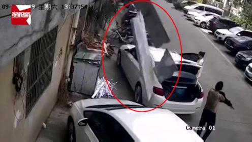 扬州一公寓楼顶水泥块从天而降,砸中两辆汽车吓坏路人