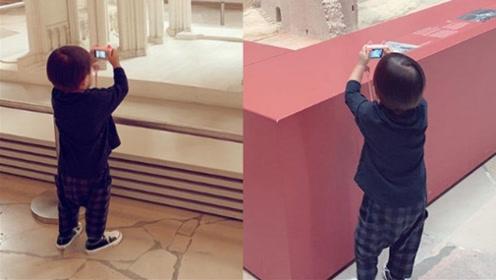 昆凌带儿子游巴黎 小小周拿照相机营业萌态十足